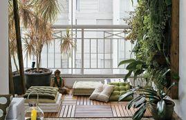 amc3a9nagement-balcon-bois-composite-plantes-vertes-coussins-sol