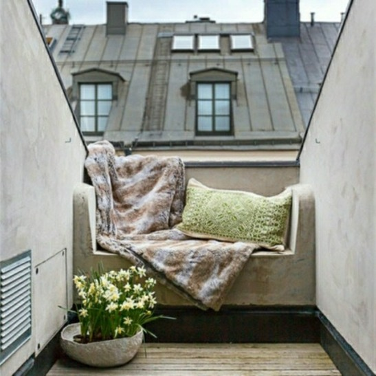 idee deco petit balcon ville coussin canape confort dehors. Black Bedroom Furniture Sets. Home Design Ideas